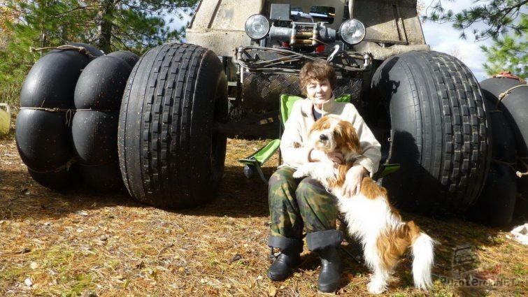 Женщина с собакой у болотохода Хищник
