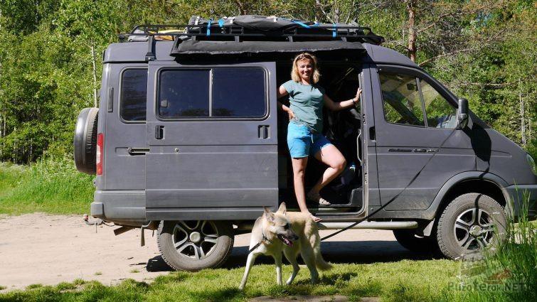 Женщина в дверях Соболя с собакой