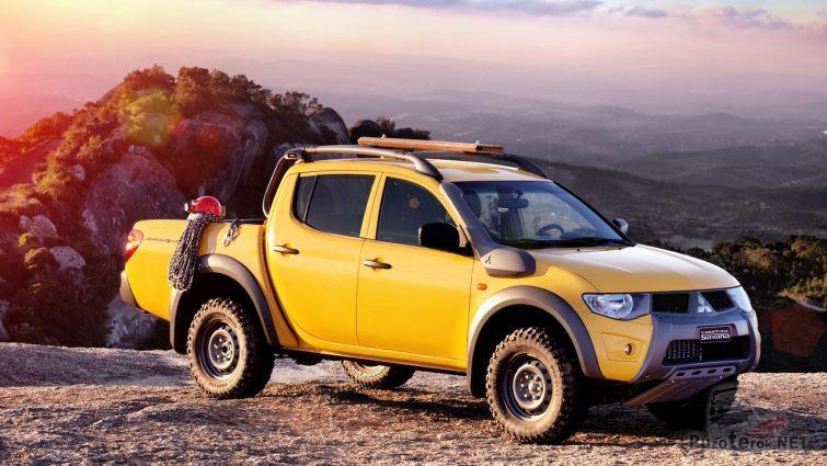 Жёлтый L200 с экипировкой альпиниста в кузове