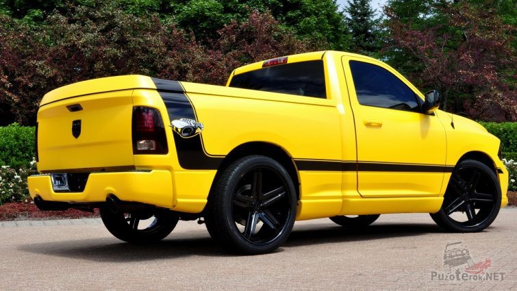 Жёлтый Ram 1500, вид сзади