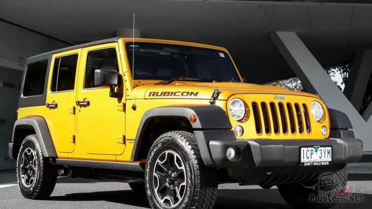 Жёлтый внедорожник с жёстким верхом в гараже
