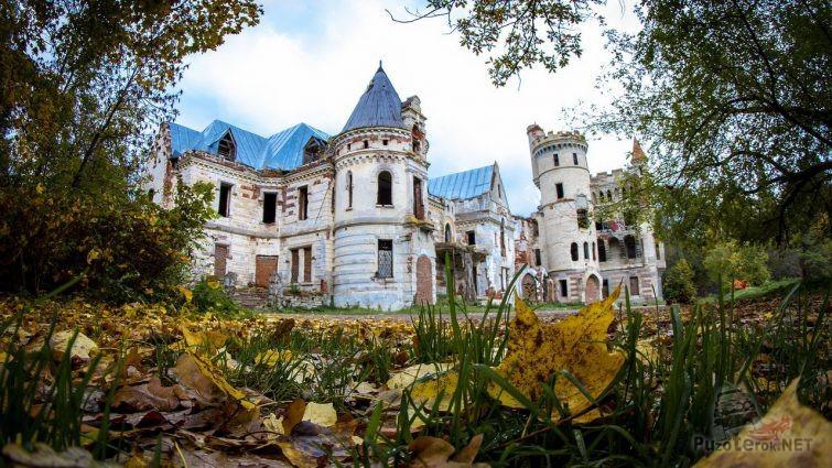 Заброшенный средневековый замок в Муромцево
