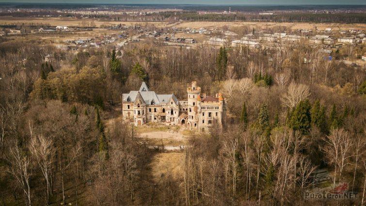 Заброшенный замок среди леса во Владимирской области