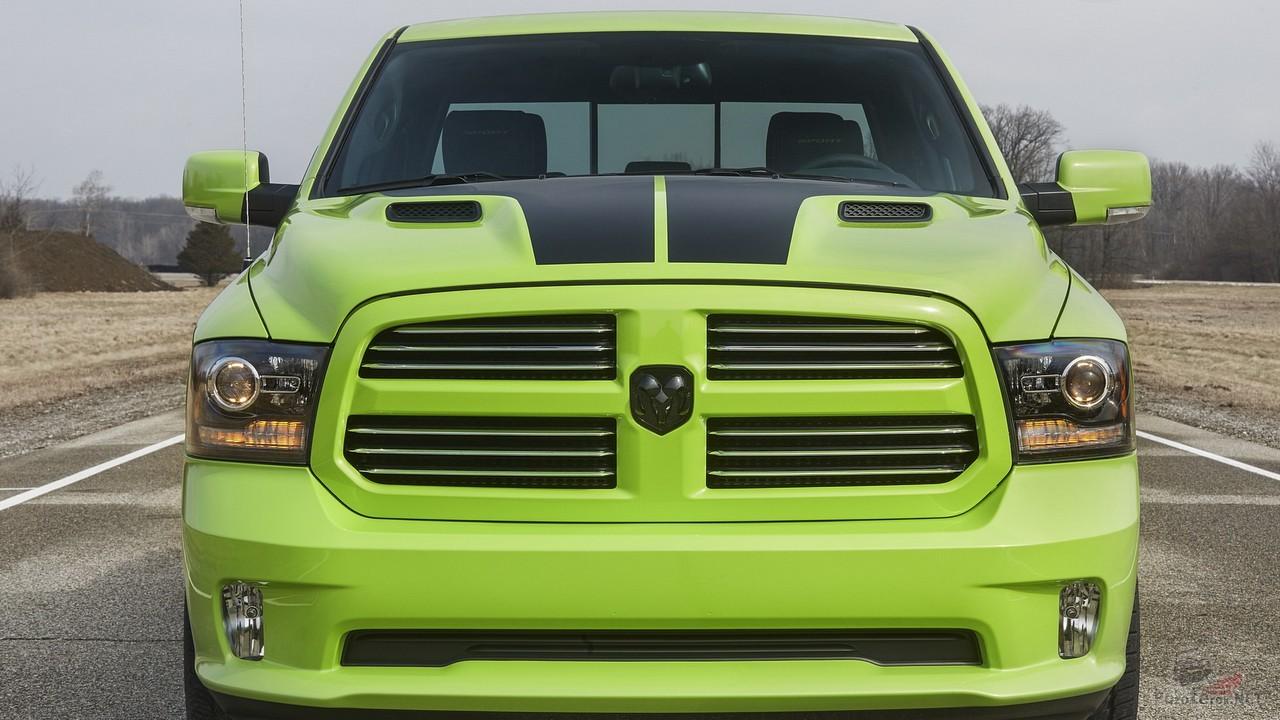 Зелёный автомобиль на дороге