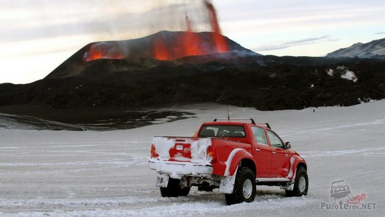 Арктический Хайлюкс на фоне вулкана