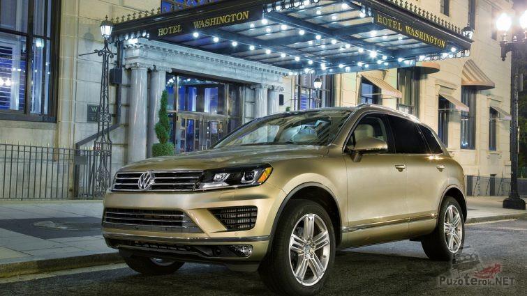Автомобиль Volkswagen у входа в гостиницу
