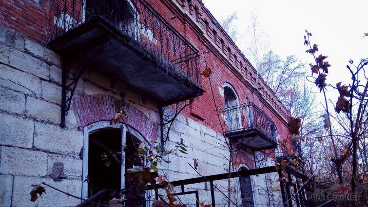 Балконы заброшенной усадьбы
