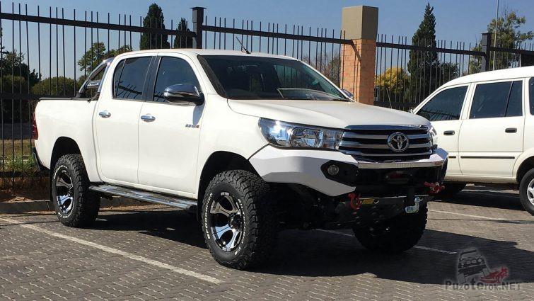 Белая Toyota Hilux на стоянке