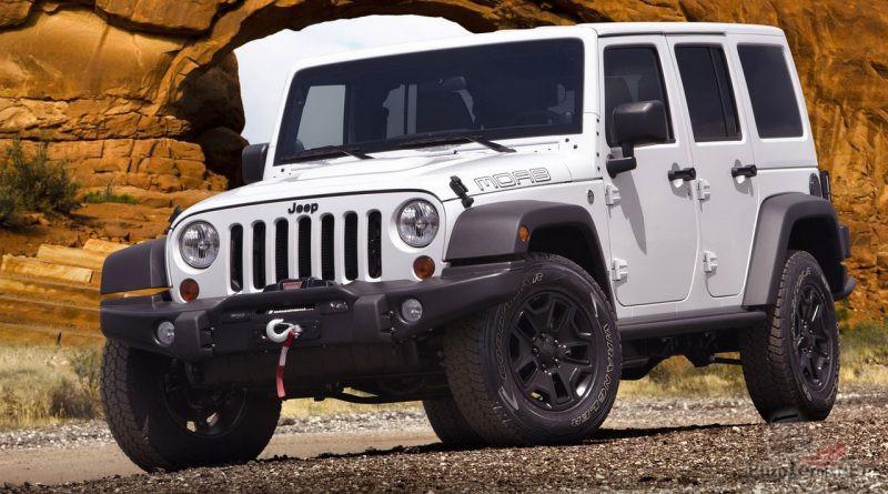 Белый Jeep на фоне горы