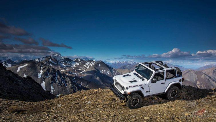 Белый Rubicon на краю горы