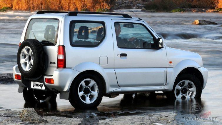 Белый Suzuki Jimny третьего поколения в воде