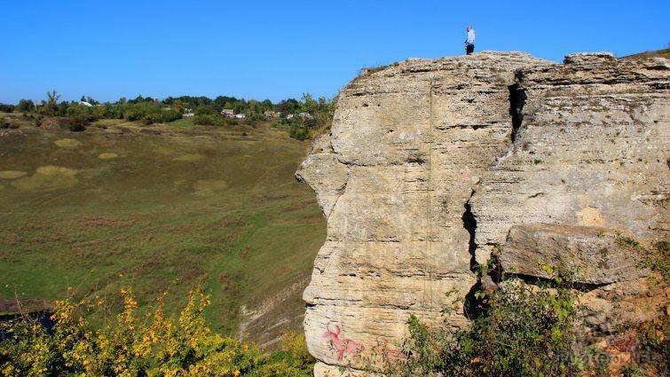 Человек на вершине Воргольской скалы