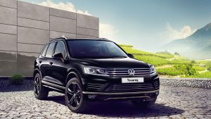 Чёрный Volkswagen Touareg на тротуаре