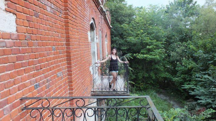 Девушка на старом балконе