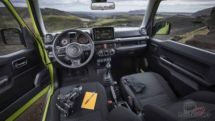 Фотоаппарат на водительском сидении