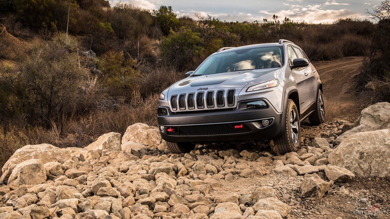 Jeep Cherokee едет по камням