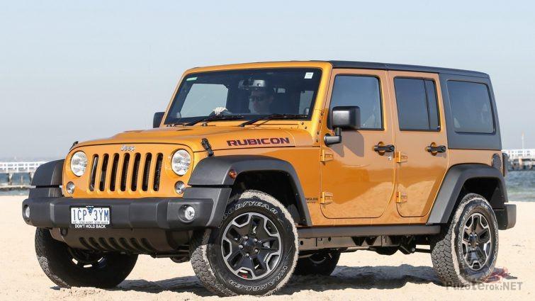 Jeep Rubicon с жёстким кузовом на берегу