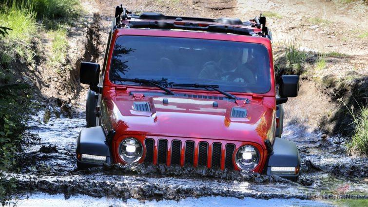 Jeep Wrangler Rubicon въехал в глубокую лужу