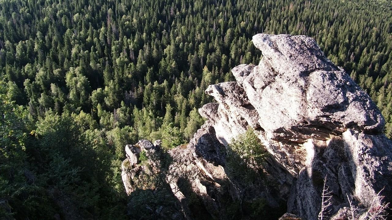 Камень Полюд возвышается над тайгой