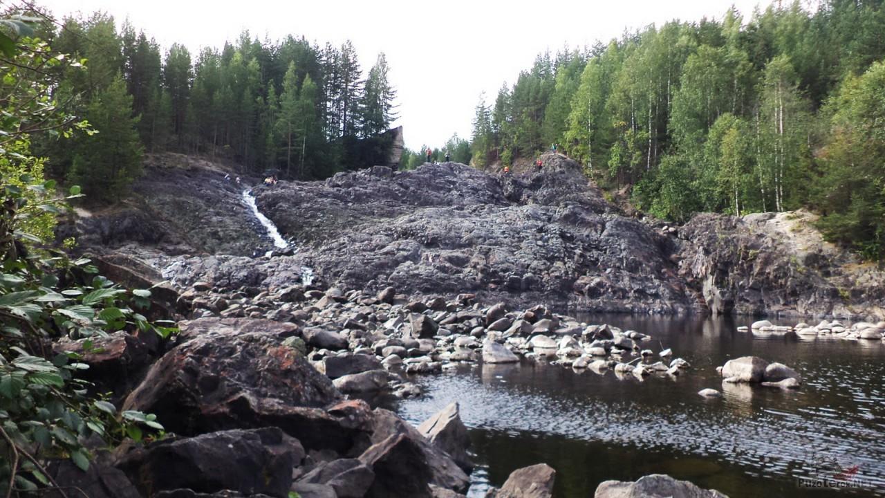 Каменные осыпи на краю озера