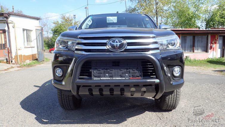 Кенгурятник на Toyota Hilux на улице