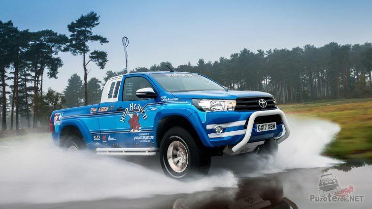 Кенгурятник на синей Toyota Hilux
