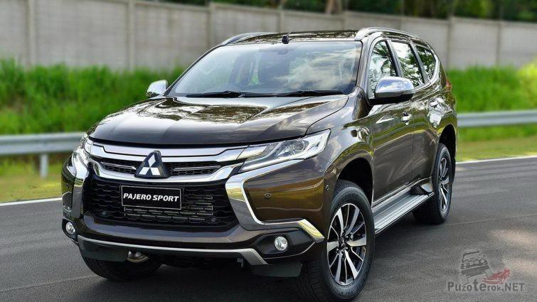 Коричневый Mitsubishi Pajero Sport на дороге