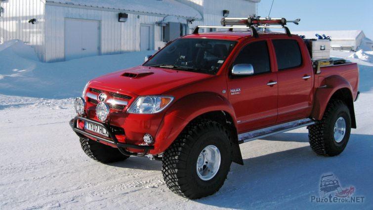 Красная Toyota Hilux в Арктике