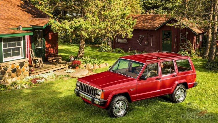 Красный Jeep Cherokee во дворе девенского дома