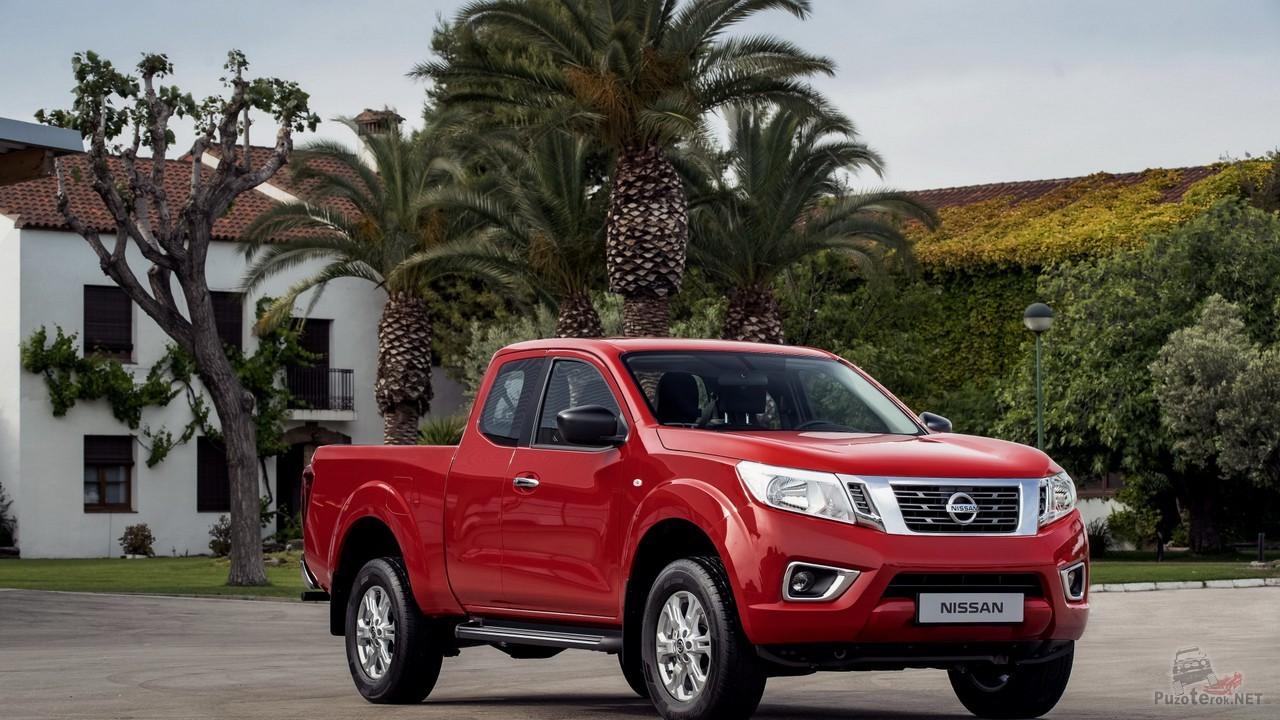 Красный Nissan Navara на фоне пальм