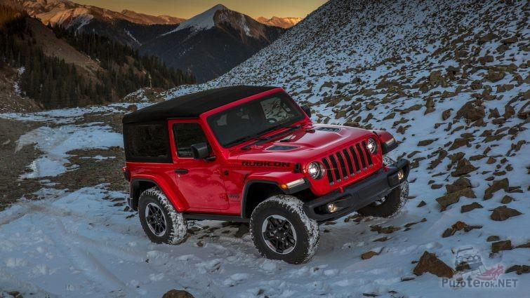 Красный джип на снегу в горах