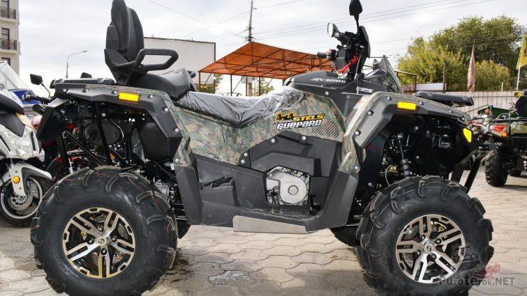 Квадроцикл с упакованным креслом на тротуаре
