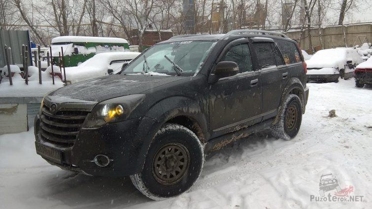 Мокрый автомобиль Ховер на снегу