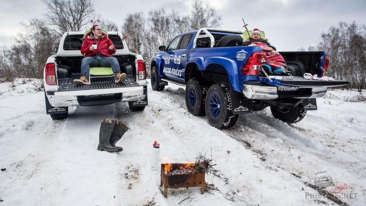 Мужчины отдыхают в багажниках пикапов
