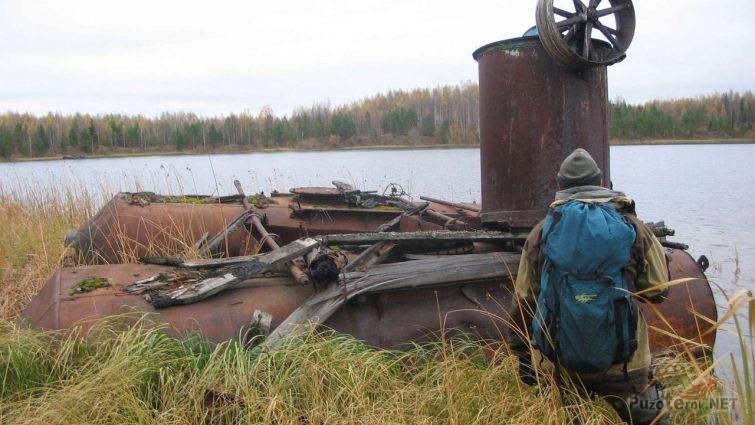 Непонятные конструкции на берегу озера