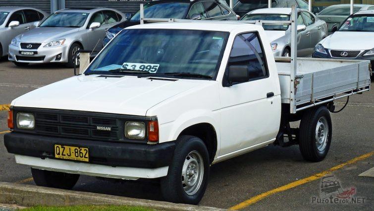 Nissan Navara первого поколения на стоянке