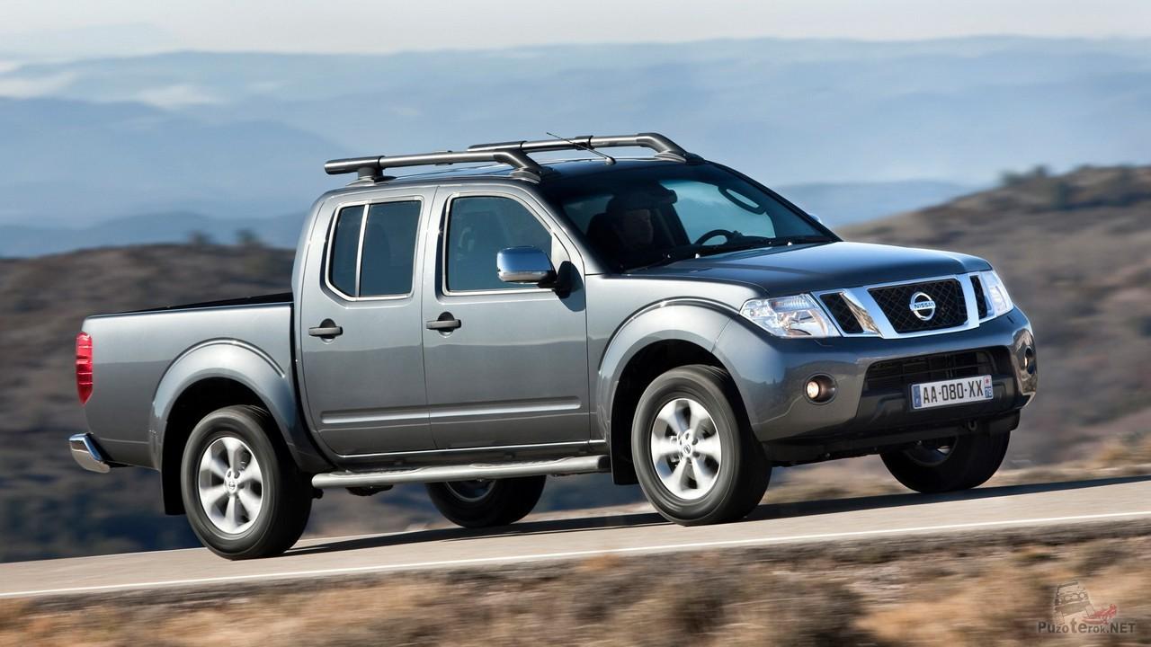 Nissan Navara третьего поколения на дороге