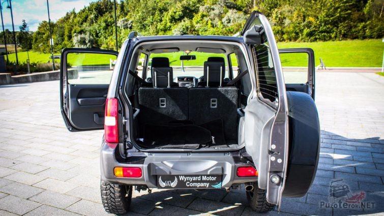 Открытые двери Suzuki Jimny на тротуаре