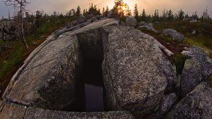 Прямоугольный разлом в скале