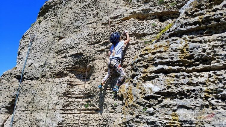 Ребёнок тренируется в альпинизме на Воргольской скале
