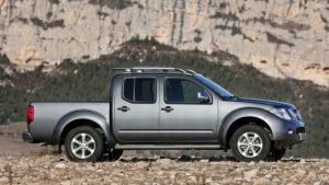 Серый Nissan Navara на камнях