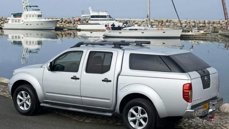 Серый Nissan Navara на набережной