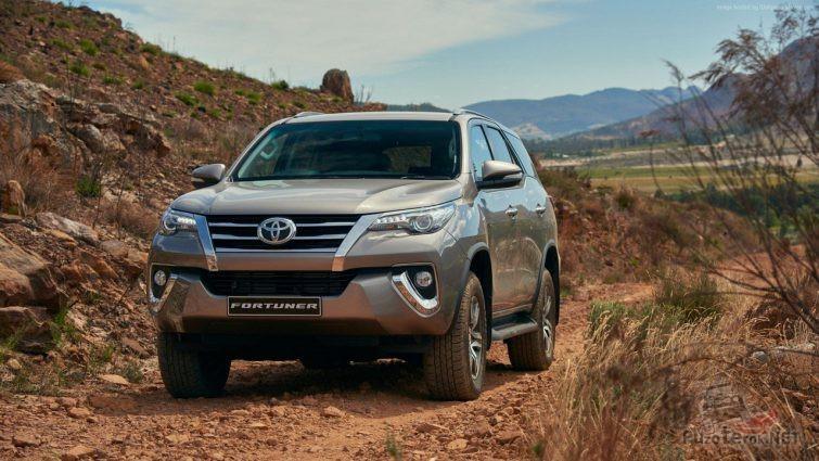 Серый Toyota Fortuner едет по дороге