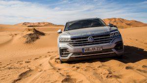 Серый Volkswagen Touareg в пустыне