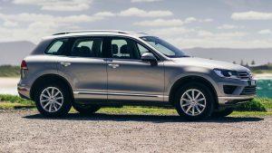Серый автомобиль 2015 года на природе