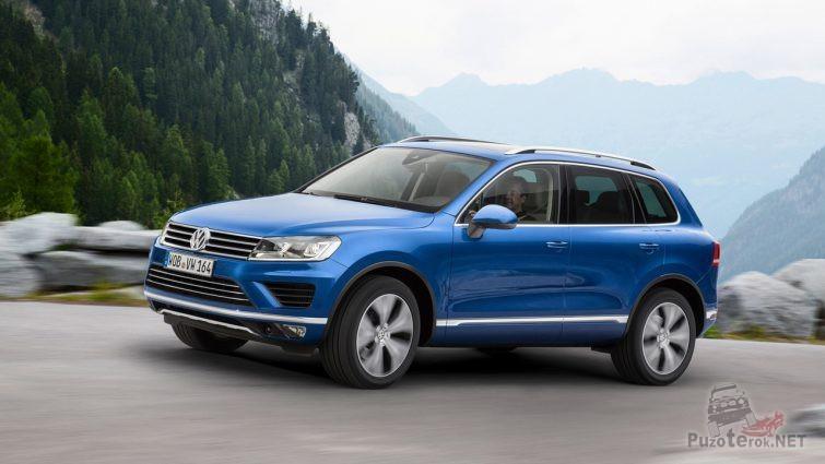 Синий Volkswagen Touareg в движении