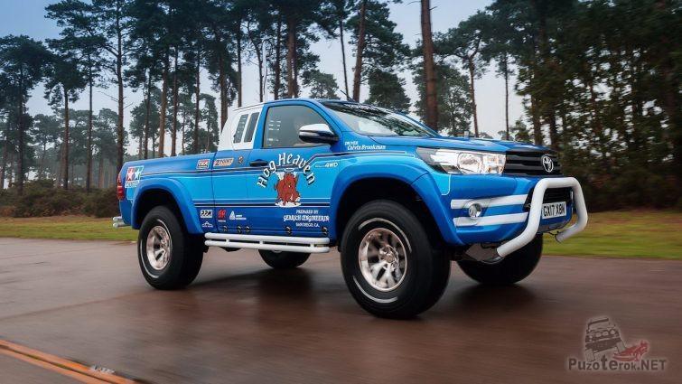 Синий пикап едет по дороге
