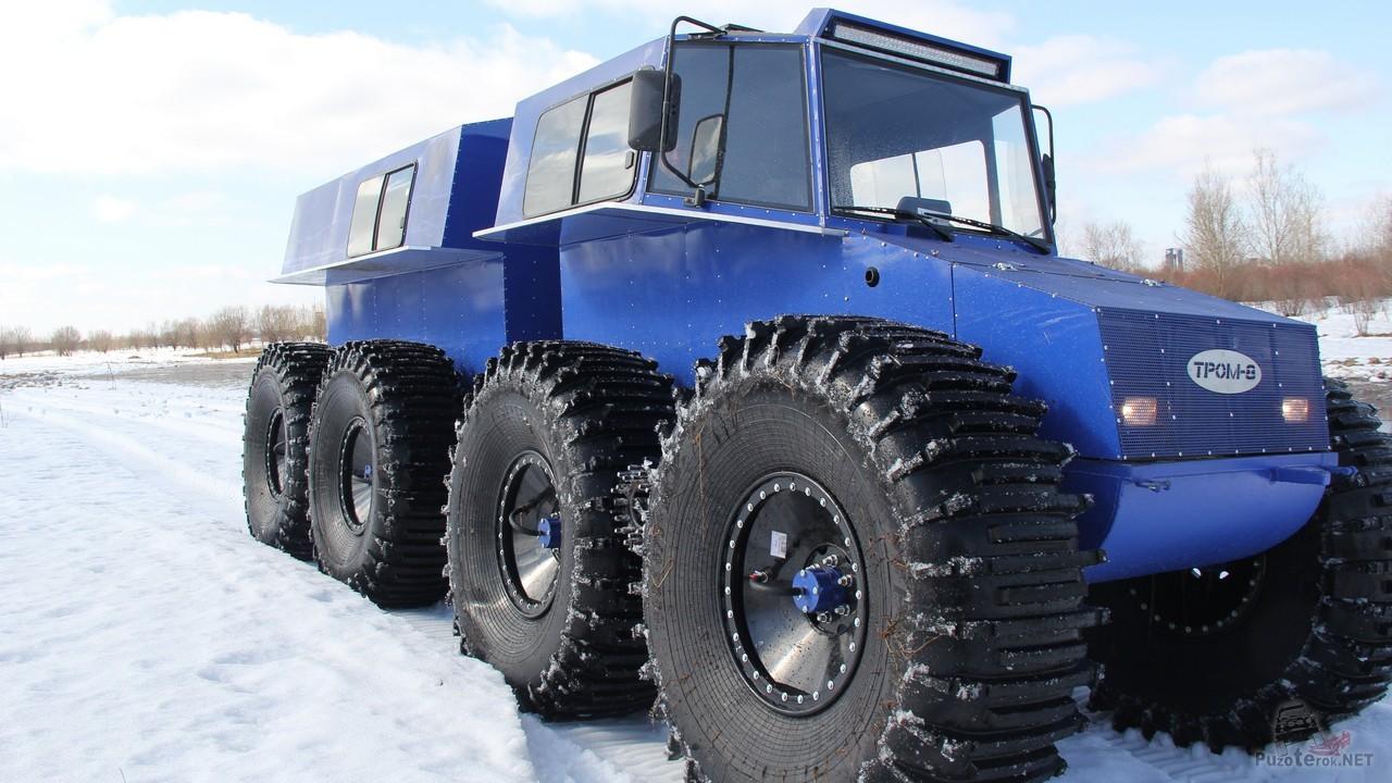 Синий вездеход Тром на зимней дороге