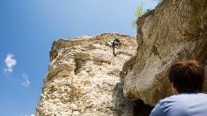 Скалолаз лезет на гору