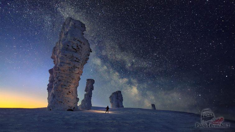 Столбы Маньпупунёр зимой на фоне звёзд